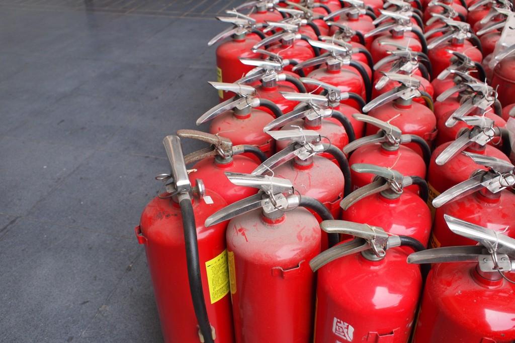 某天早上,資工館一樓竟然出現滅人器軍隊!!如果可以找到人趴在旁邊裝死這張就更絕了 XD The army of human extinguishers. (火=fire) (人=human)
